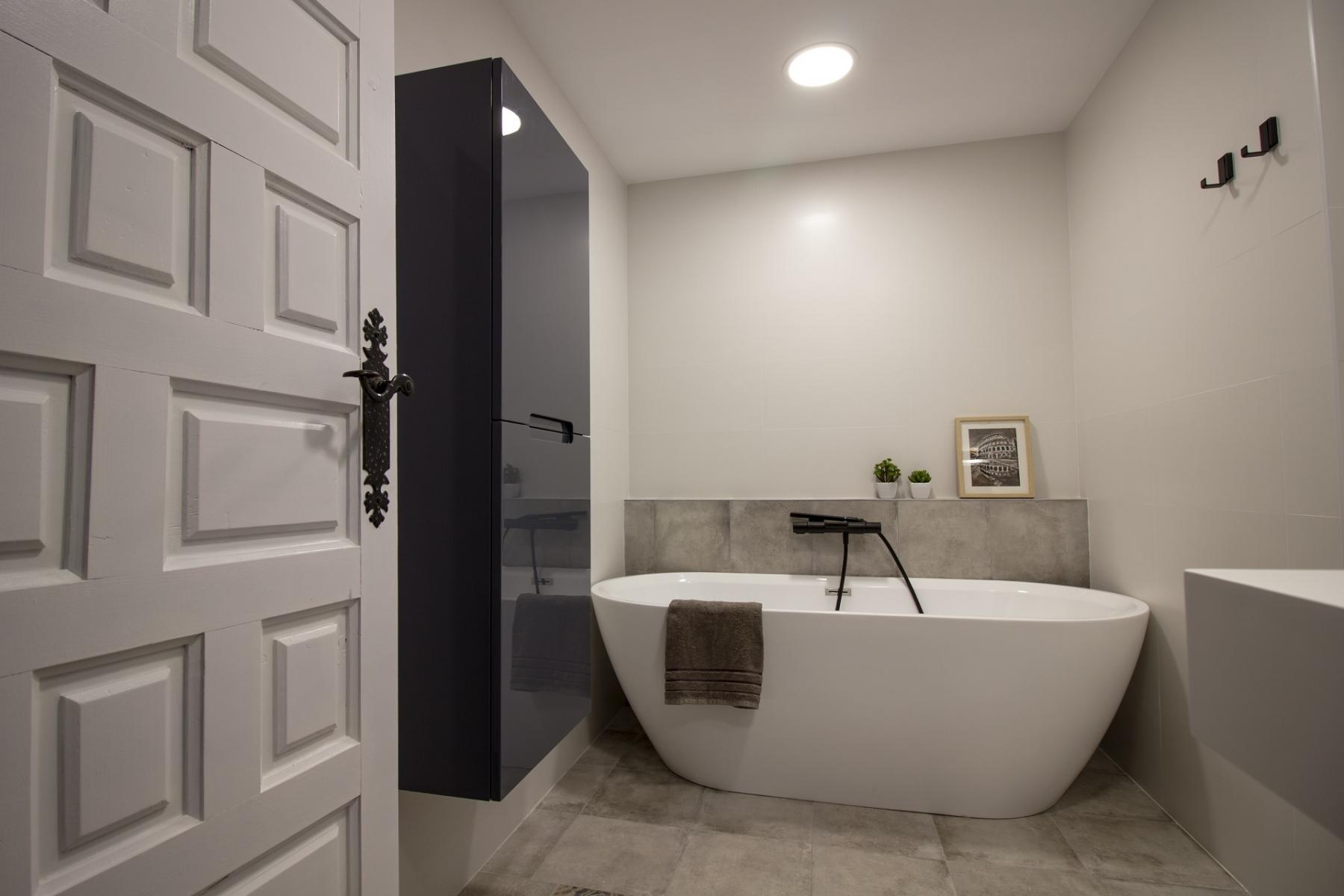 Baño Hamaika con baño y mobiliario